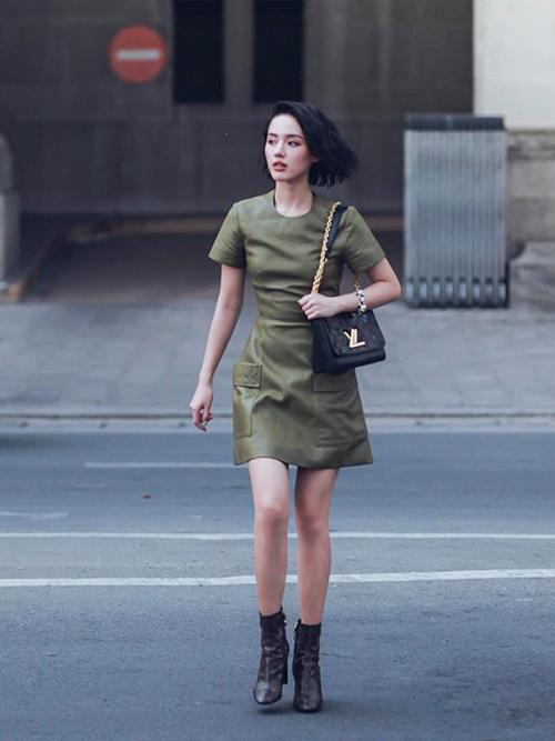 Khánh Linh ăn vận đơn giản hơn hẳn thường lệ. Một chiếc váy da mix cùng phụ kiện Louis Vuitton đã đủ giúp cô nàng khoe vẻ đẳng cấp.
