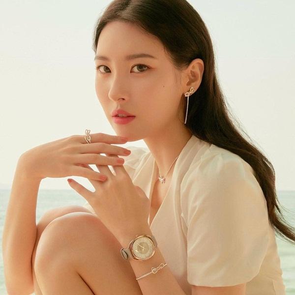 Nếu khảo sát những nghệ sĩ nữ solo hot nhất hiện tại của âm nhạc Hàn Quốc, chắc chắn không thể thiếu tên Sun Mi. Đi kèm những thành công trong lĩnh vực ca hát, những hợp đồng quảng cáo béo bở cũng kéo đến ầm ầm với nữ thần tượng. Đầu năm 2019, Sun Mi gây bất ngờ khi chính thức trở thành gương mặt đại diện tại Hàn Quốc của thương hiệu trang sức Swarovski.
