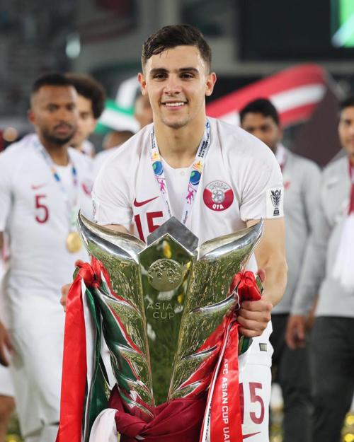 Cầu thủ Bassam Hisham nâng cúp vàng chiến thắng.