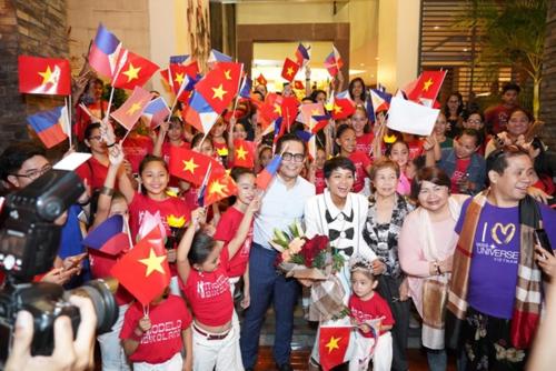 HHen Niê tất bật tham gia các dự án cộng đồng tạiPhilippines.Đến 30 Tết cômới bay về Việt Nam. Sau Tết, khoảng mùng 7, cô tiếp tục bay sang nước ngoài công tác.