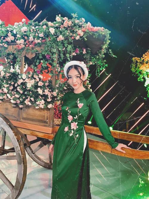 27 Tết Âm lịch, Băng Di vẫn mặc áo dài, đi quay chương trình.