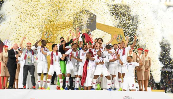 ĐT Qatar nâng cúp vô địch.