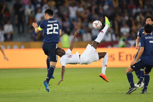 Almoez Ali (áo trắng)giành giải Vua phá lưới, đồng thời thiết lập kỷ lục mới tại Asian Cup. Ảnh: AFC.