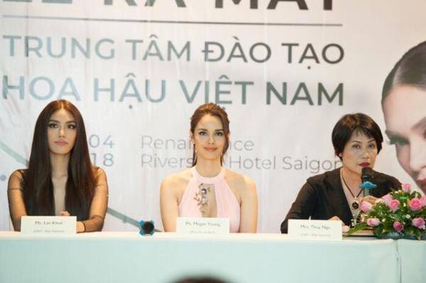 Bà Thúy Nga (ngoài cùng bên phải) có kinh nghiệm gần 20 năm đưa người đẹp Việt dự thi quốc tế.