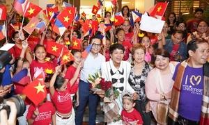 Học sinh Philippines vẫy cờ Việt Nam chào đón H'Hen Niê