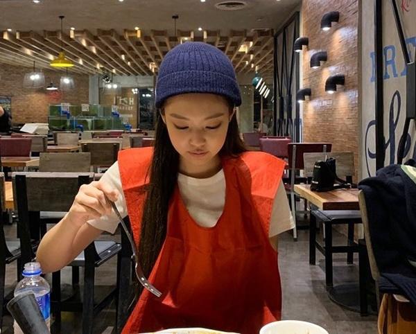 Jennie đội mũ len càng làm nổi bật khuôn mặt tròn đáng yêu.