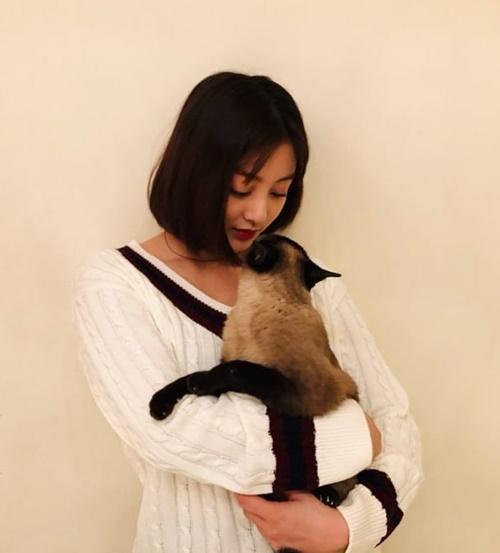 Ji Hyo ôm ấp mèo cưng đầy tình cảm.