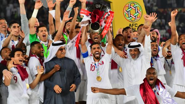 Cầu thủ Qatar nâng cúp vô địch Asian Cup 2019.