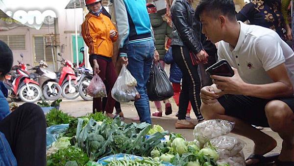 Phan Văn Đức đi chợ và gây chú ý không nhỏ.