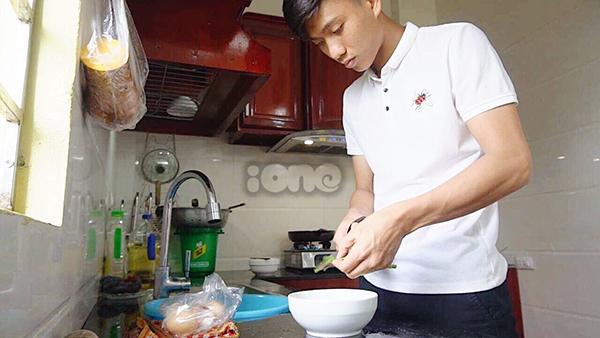 Sau đó, anh chàng tự tay vào bếp nấu những món ăn đơn giản cho gia đình.
