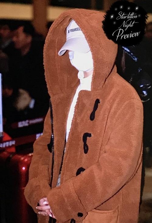 Ngày 3/2 (29 Tết), các thành viên ngoại quốc của Twice trở về nhà. Sana mặc áo bông, che chắn kín mít với mũ và khẩu trang.