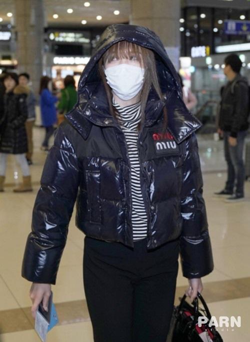 Mina cũng để mặt mộc, mặc áo phao đơn giản khi ra sân bay. Trang phục ra sân bay của Twice hướng tới phong cách tối giản, tiện dụng.