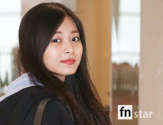Tzuyu đểmặt mộc khi về Đài Loan. Cô nàng vừa đứng đầu danh sách idol nữ xinh đẹp nhất do các đồng nghiệp bình chọn.