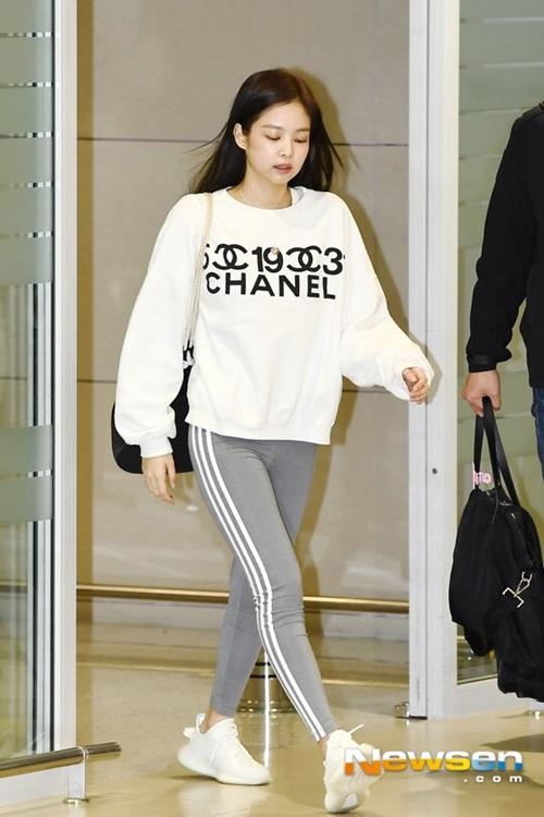 Jennie trở về Hàn sau khi hoàn thành concert cùng Black Pink. Cô nàng mặc quần legging, khoe trọn cặp đùi thon gọn, săn chắc. Nữ ca sĩ tiếp tục quảng cáo những sản phẩm của Chanel.