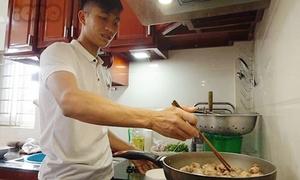 Sau quà xế hộp, Phan Văn Đức vào bếp nấu nướng giúp mẹ dịp Tết