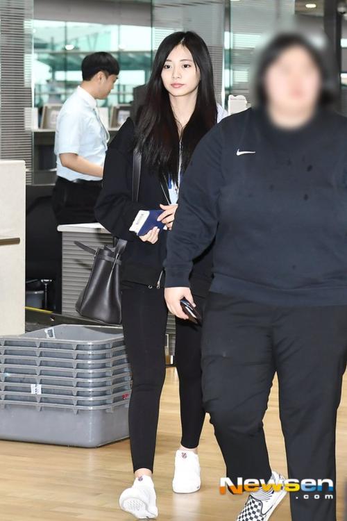 Em út của Twice xuất hiện với quần legging, áo hoodie khỏe khoắn. Tzuyu lộ cặp đùi khá to, săn chắc - đây là nhược điểm hình thể của mỹ nhân hàng đầu Kpop.