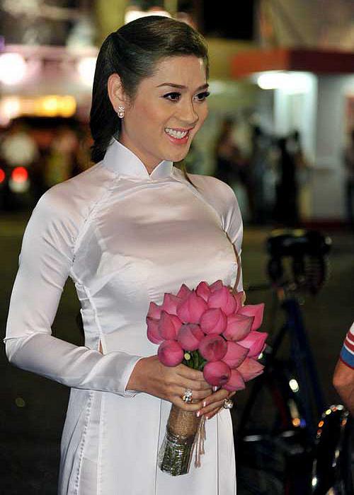 Việc lộ vết nội y khi diện áo dài siêu mỏng không phải là trường hợp hiếm gặp. Lâm Khánh Chi cũng từng bị chê kém duyên khi mặc áo dài trắng, để lộ áo ngực ren.