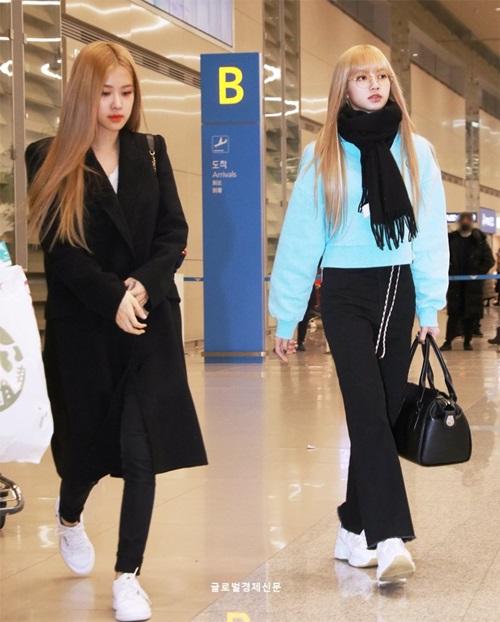 Lisa sở hữu những kiểu áo sweater màu nổi, khăn quàng cổ ấm áp. Em út của nhóm luôn chuộng kiểu quần ống rộng còn Rosé lại trung thành với quần skinny.