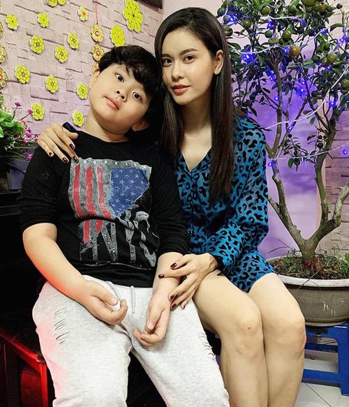 Cậu nhóc Sushi nhà Trương Quỳnh Anh càng lớn càng giống bố Tim.