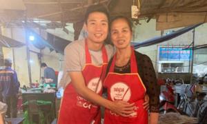 Bùi Tiến Dũng khoe 'chiến công' khi phụ mẹ bán hàng Tết