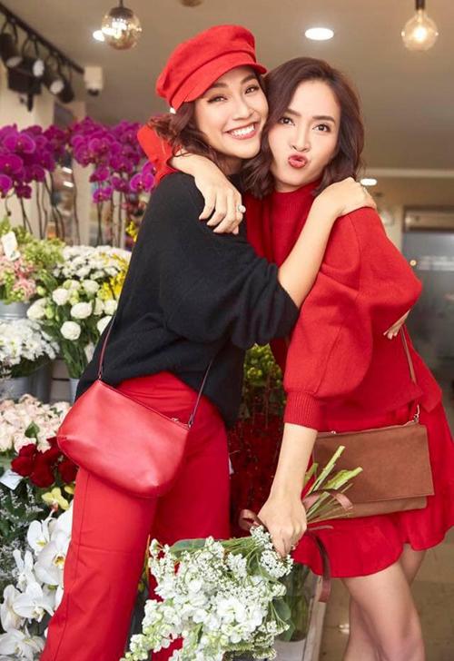 Hai chị em Ái Phương - Hoàng Oang nhí nhảnh khi đi mua Tết.
