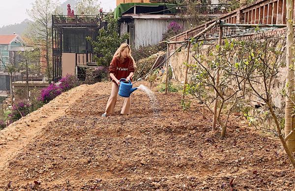 Hoàng Thùy Linh tranh thủ ngày cuối cùng của năm cũ vào vườn tưới cây giúp bố mẹ.