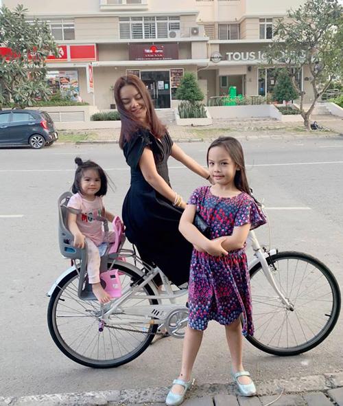 Phạm Quỳnh Anh dành chiều 30 Tết để đạp xe đưa hai con đi dạo phố phường.