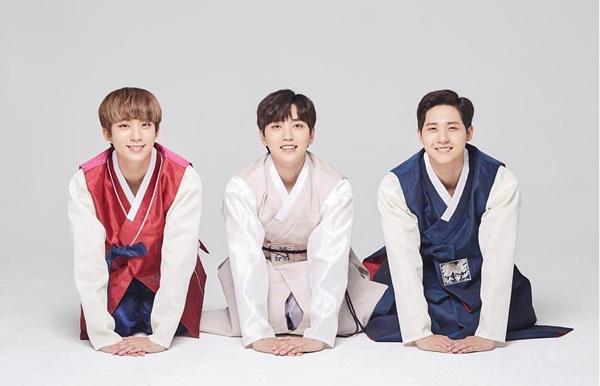B1A4 diện hanbok truyền thống quỳ tạ ơn người hâm mộ.