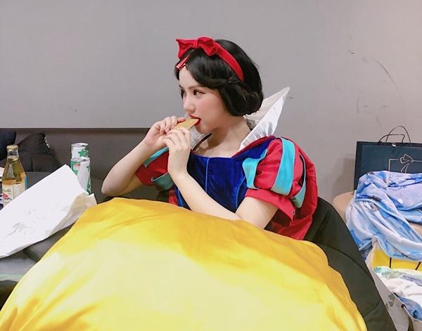 Eun Ha (G-Friend) hóa nàng Bạch Tuyết xinh đẹp... gặm bánh lót dạ trong hậu trường.