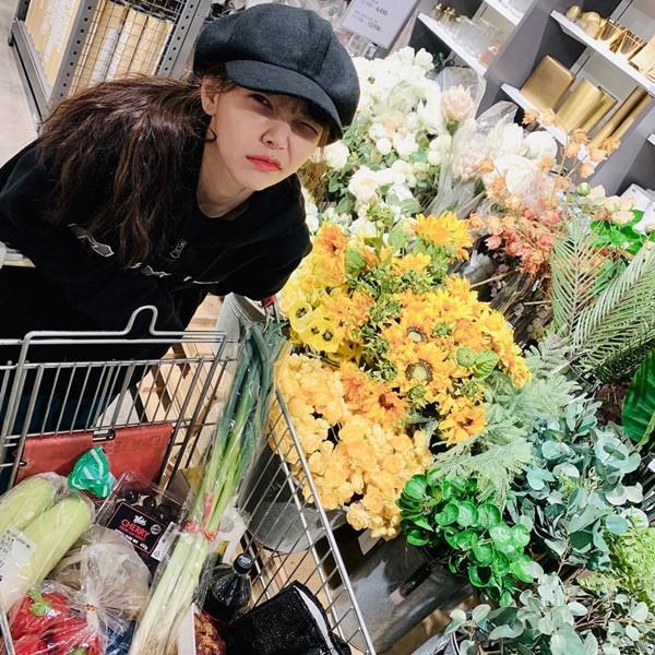 Ji Min (AOA) đi siêu thị sắm đồ Tết, mặt mày nhăn nhó vì mệt.