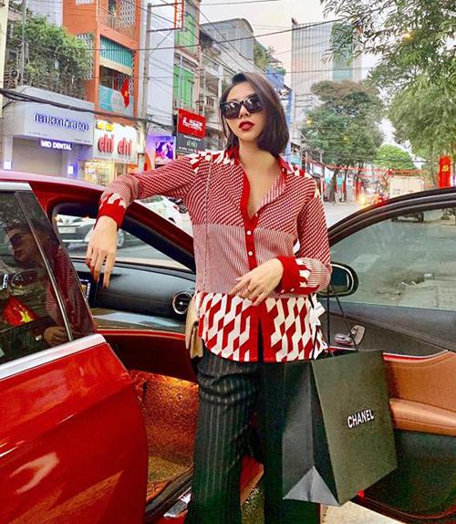 Bạn mua sắm của Kỳ Duyên cũng chính là tình tin đồn của cô nàng - Minh Triệu. Chân dài khoe vẻ sang chảnh sau khi sắm được những món đồ ưng ý ở Chanel.