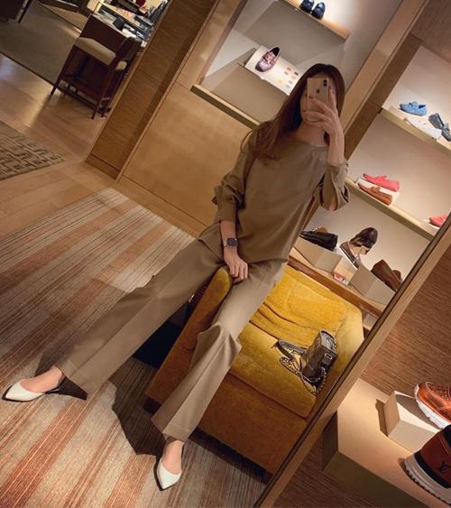 Đàm Thu Trang cũng tranh thủ đi mua sắm hàng hiệu đón Tết.