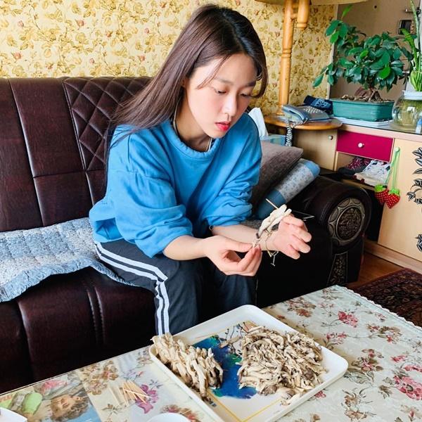 Nghỉ Tết, Seol Hyun cặm cụi làm đồ ăn, ra dáng cô con gái đảm đang.