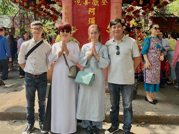 Hoàng Yến Chibi cùng cả gia đình đi xin lộc đầu năm.