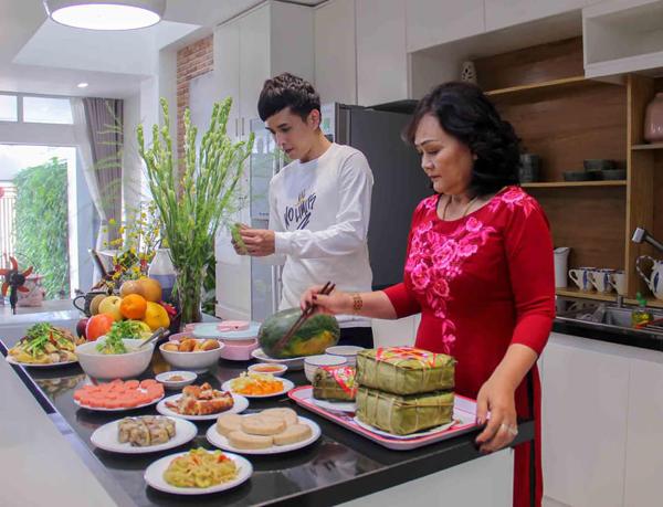 Hồ Quang Hiếu vào bếp giúp mẹ chuẩn bị mâm cơm tân niên.