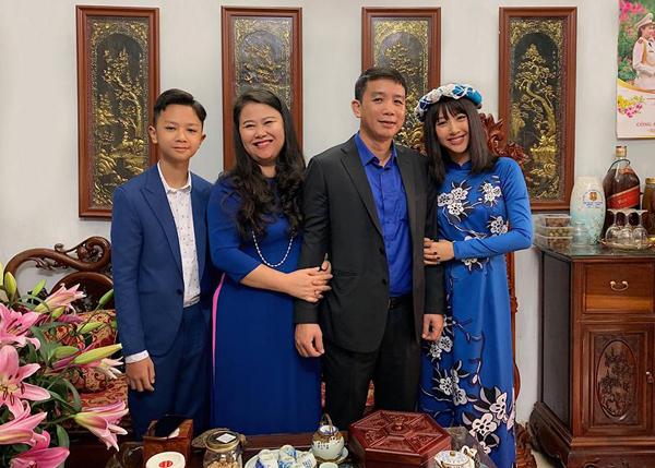 Cả gia đình Quỳnh Anh Shyn tông xuyệt tông sắc xanh coban trong ngày mùng 1 Tết.