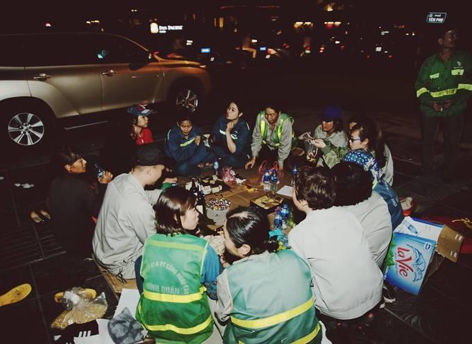 """<p> Những bức ảnh này được chụp tại phố Yên Phụ, Hà Nội 15 phút trước giao thừa. Nhóm công nhân đang trong ca trực từ 7h tối """"cho đến lúc nào hết rác thì về"""", như lời họ chia sẻ.</p>"""