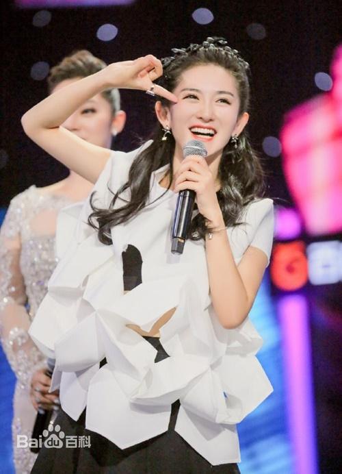 Tạ Na sinh năm 1981, là MC - diễn viên nổi tiếng Trung Quốc, được yêu mến   nhờ tính cách hài hước và hoạt bát. Khán giả biết đến Tạ Na chủ yếu nhờ chương   trình Happy Camp. Cô còn từng đóng vai Hoa Tranh trong Anh hùng xạ điêu bản   2008 của Hồ Ca, Lâm Y Thần. Tạ Na kết hôn với nam ca sĩ nổi tiếng Trương Kiệt   năm 2011 và hạ sinh 2 bé gái sinh đôi năm 2018.
