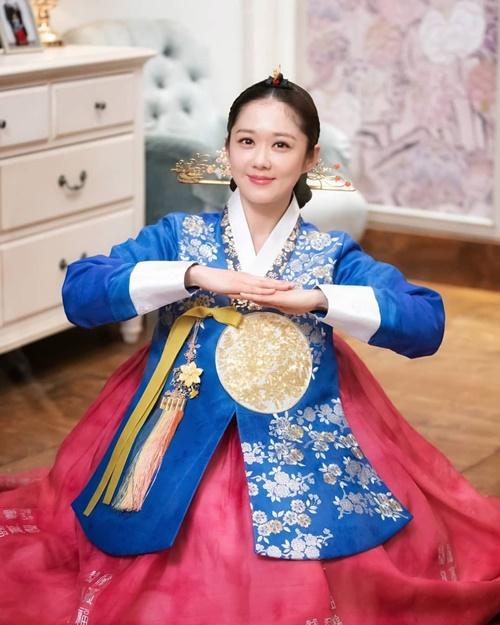 Hoàng hậu Jang Na Ra diện hanbok xinh đẹp chúc mừng Tết Kỷ Hợi.