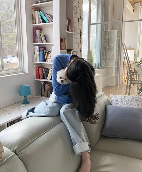Kang Min Kyung ở nhà ôm ấp cún cưng là đủ vui.