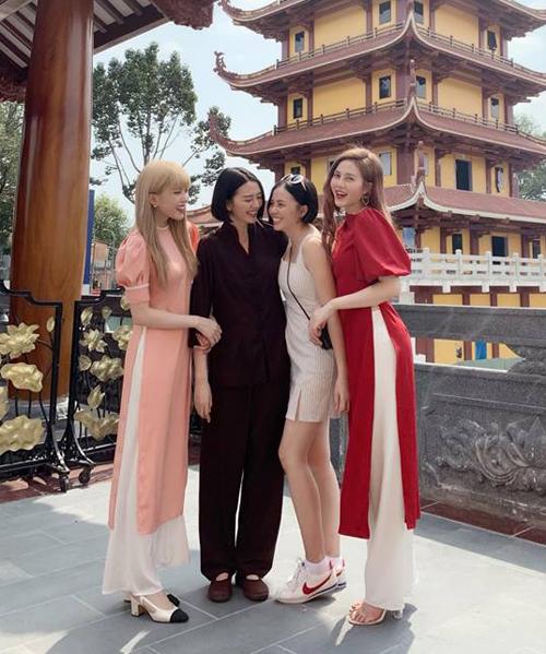 Bốn chị em nhà Thiều Bảo Trâm đọ nhan sắc mỗi người một vẻ khi đi chùa đầu năm.