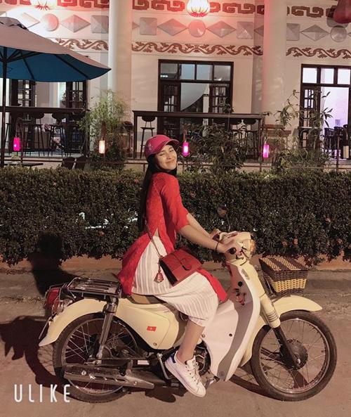 Trần Tiểu Vy gây thích thú với hình ảnh mặc áo dài, đi giày thể thao, chạy xe cub đi chúc Tết.