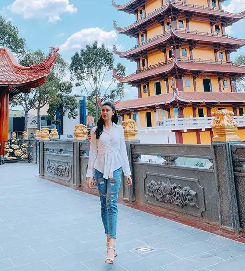 Trương Quỳnh Anh thả dáng khi đi chùa xin lộc.