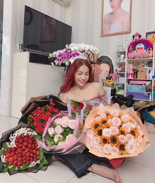 Khả Như khoe được tặng rất nhiều hoa trong ngày mùng 2 Tết.