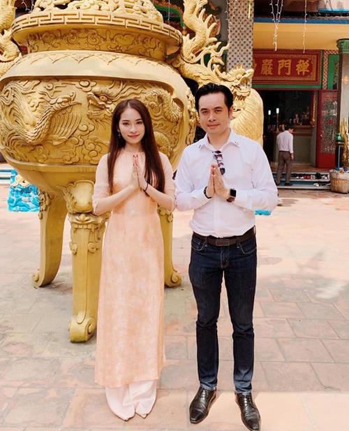 Dương Khánh Linh và bạn gái Duyên Sara cùng nhau đi chùa.