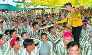 Đàm Vĩnh Hưng - Trường Giang hát cho tù nhân nghe ngày Tết