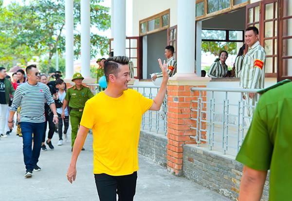 Đàm Vĩnh Hưng rủ rê Trường Giang hát cho tù nhân nghe ngày Tết