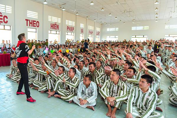 Đàm Vĩnh Hưng rủ rê Trường Giang hát cho tù nhân nghe ngày Tết - 4