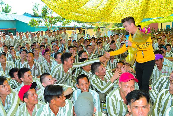 Đàm Vĩnh Hưng rủ rê Trường Giang hát cho tù nhân nghe ngày Tết - 3