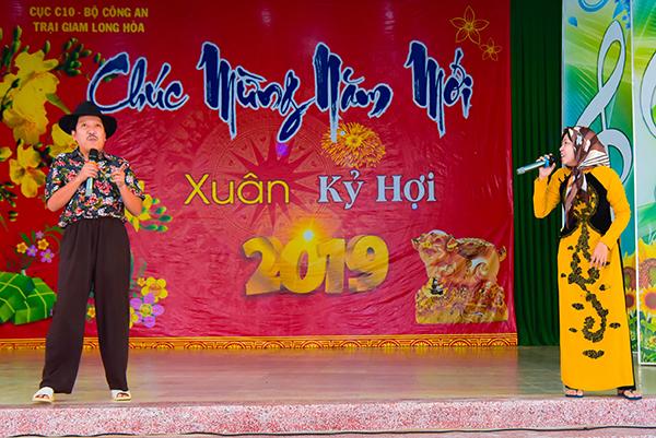 Danh hài Trường Giang diện trang phục hài hước, tấu hài mang đến những tiếng cười.